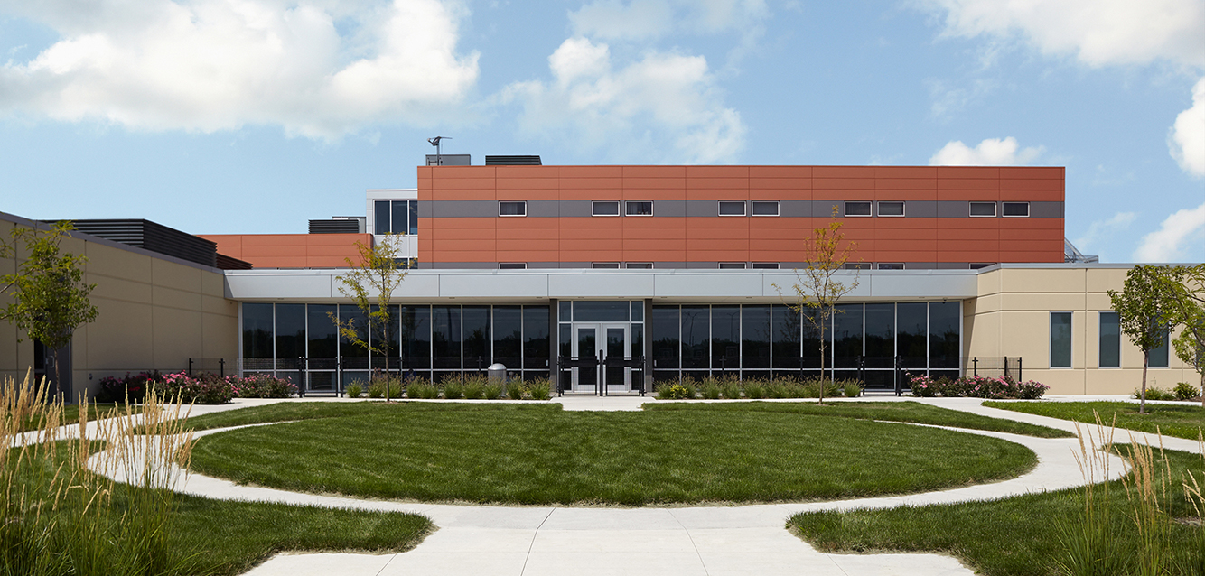 Central-Iowa-Shelter-Courtyard-CMBA-Architects